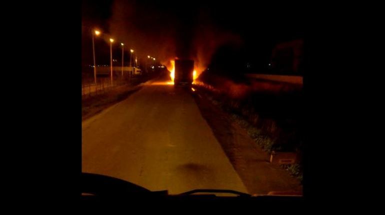 Около двух часов ночи 3 октября на Московском шоссе в Петербурге горела грузовая машина. О ЧП рассказал очевидец, а снимки с места происшествия он опубликовал в соцсети «ВКонтакте».
