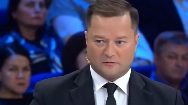 Ведущая Ольга Скабеева выгнала из студии гостя, общественного деятеля Никиту Исаева, назвав его «идиотом» после того, как он попытался сравнить фашизм с коммунизмом.