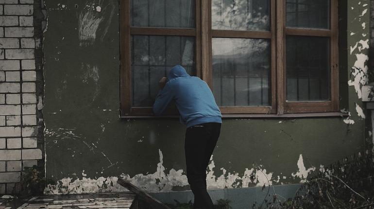 В Московском районе Петербурга грабитель по водосточной трубе взобрался на 4 этаж 7 этажного дома №86 по Московскому проспекту. Об этом стало известно