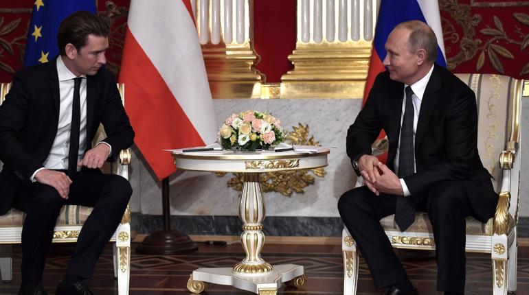 Пресс-служба Кремля опубликовала фотографии со встречи президента России Владимира Путина и канцлера Австрии Себастьяна Курца, которая проходила в Петербурге. Лидеры стран открыли в Эрмитаже выставку и провели переговоры.