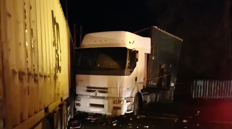 Две фуры с прицепами столкнулись в поселке Колчаново Волховского района Ленобласти. В результате обошлось без пострадавших.