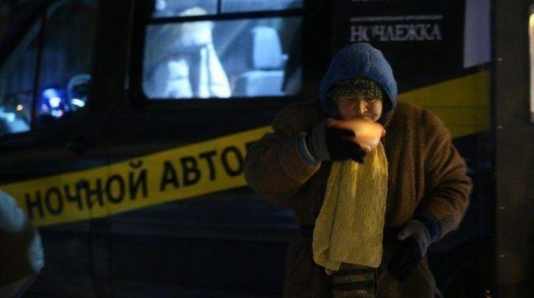 В Петербурге начал работу пункт обогрева для бездомных. Пришедшие смогут находиться в пункте обогрева с 20:00 до 08:00 утра. Об этом сообщается в группе благотворительной организации