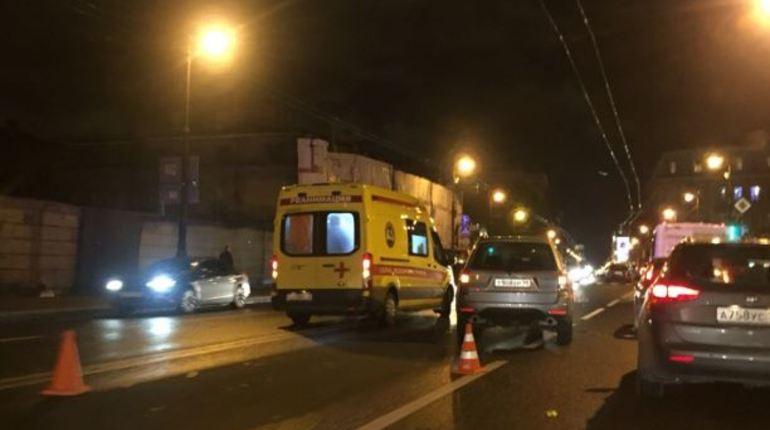 В Петербурге 6 октября на Каменноостровском проспекте человек попал под колеса автомобиля. Автор поста «ВКонтакте» уточнил, что пострадавший выжил.