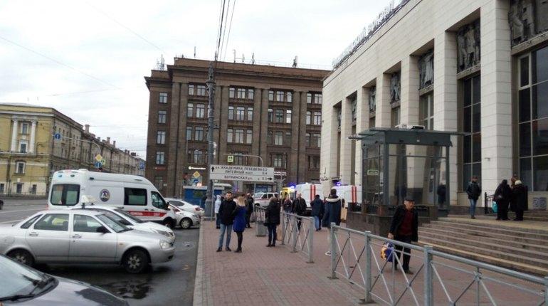 Очевидцы: в Петербурге метро остановили из-за упавшего на пути пассажира