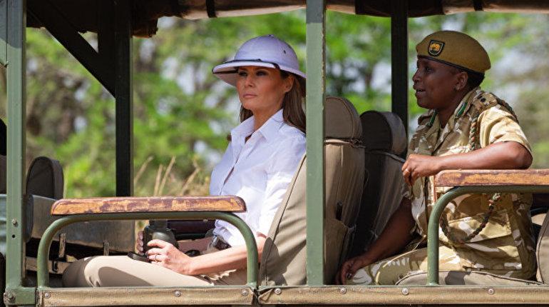 Волну критики и насмешек вызвала поездка Меланьи Трамп в Кению в рамках турне по Африке. Причиной недовольства стал наряд первой леди. Пользователи посчитали, что он очень напоминает костюм колонизатора, который крайне неуместен для африканских стран.