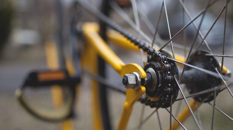 Велосипедист врезался в припаркованную