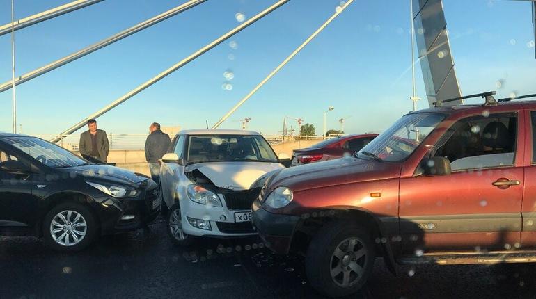 Утром на дорогах в Петербурге образовался гололед, из-за которого по всему городу происходят аварии. В сети утверждают, что 8 октября на дорогах очень скользко, в некоторых районах Ленобласти уже выпал первый снег.