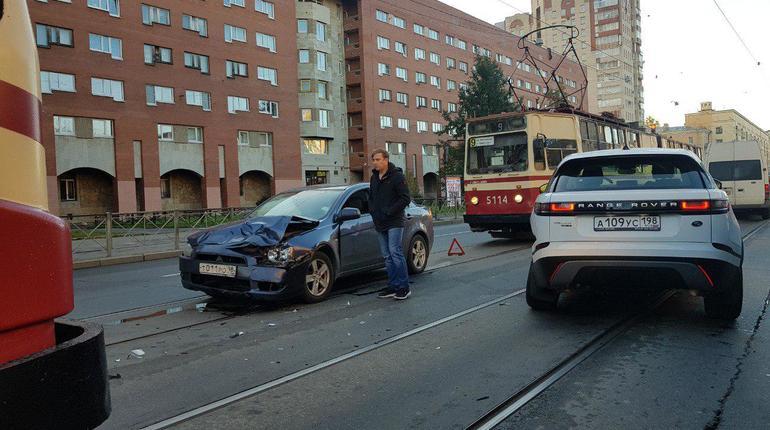 Смятое авто на Энгельса устроило трамвайный коллапс в Петербурге