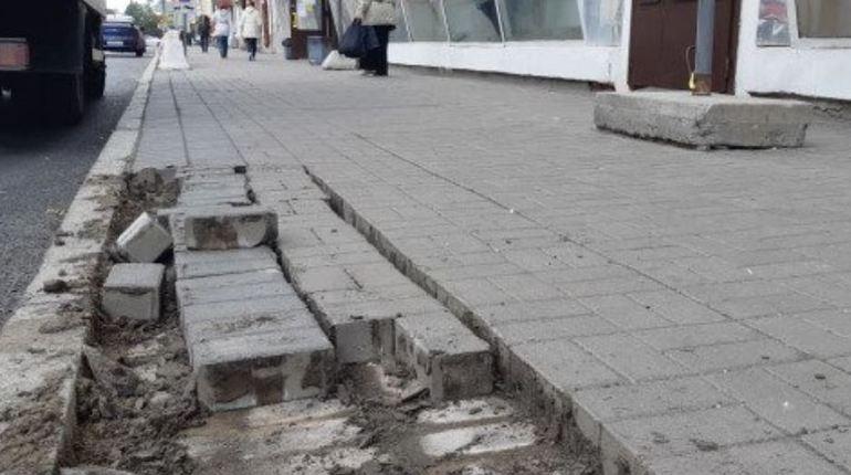 На платформе объявлений Авито появилось «уникальное» предложение. Разместившие сообщение люди продают тротуарную плитку с петербургских улиц, отмечая, что в использовании товар был всего лишь один год.