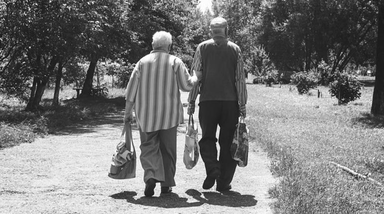 По данным Сбербанка, российский работающий пенсионер в среднем получает зарплату в размере 32 тысяч рублей, а с учетом пенсии его доход составляет 46 тысяч рублей.