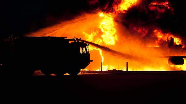 В Черниговской области в районе населенного пункта Ичня взорвался военный склад боеприпасов, о чем сообщило Минобороны Украины.