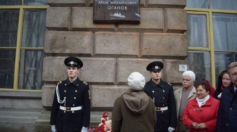 Макаров открыл мемориальную доску капитану дальнего плавания Араму Оганову