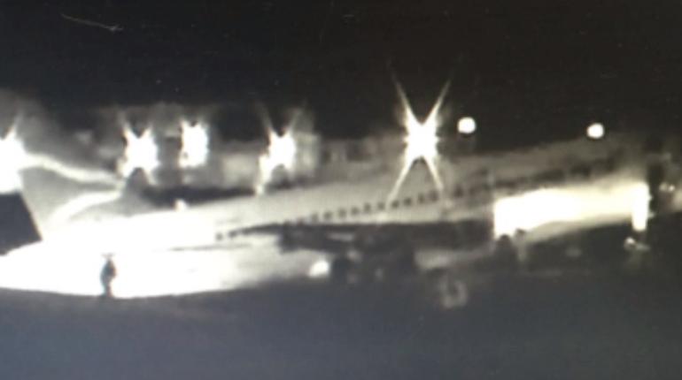 В сети появились снятые очевидцами кадры из аэропорта в Якутске, где самолет Sukhoj Superjet-100 с 92 пассажирами на борту совершил жесткую посадку из-за проблем с шасси.