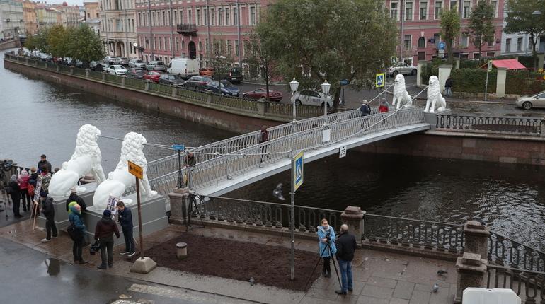 На Львиный мост вернули после реставрации исторических охранников. Львы предстали перед петебуржцами ослепительно белыми.
