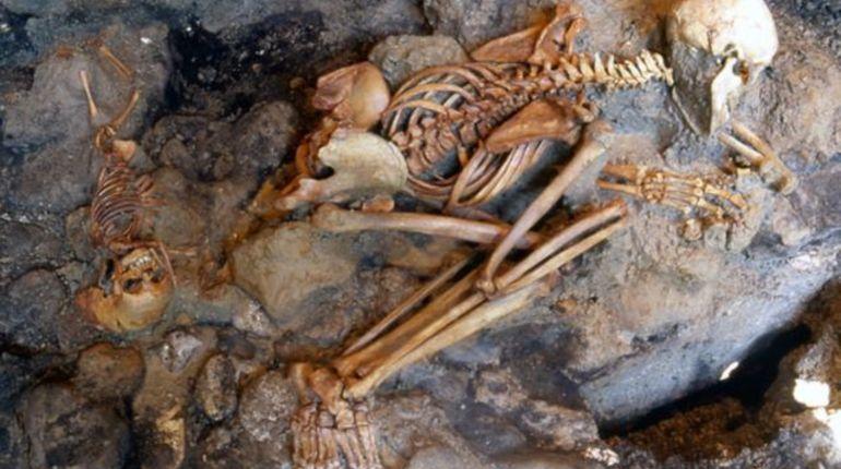 Многие жители Помпеи умерли не от удушья под вулканическим пеплом, а погибли мгновенно. Жар лавы вскипятил их мозг и кровь, а также разорвал черепа изнутри.