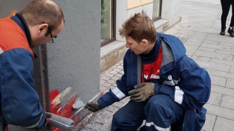 В Петербурге коммунальщики попытались закрасить граффити кузнеца на одной из трансформаторных будок на Лиговском проспекте. Изображение с антивандальным покрытием удалось быстро восстановить.