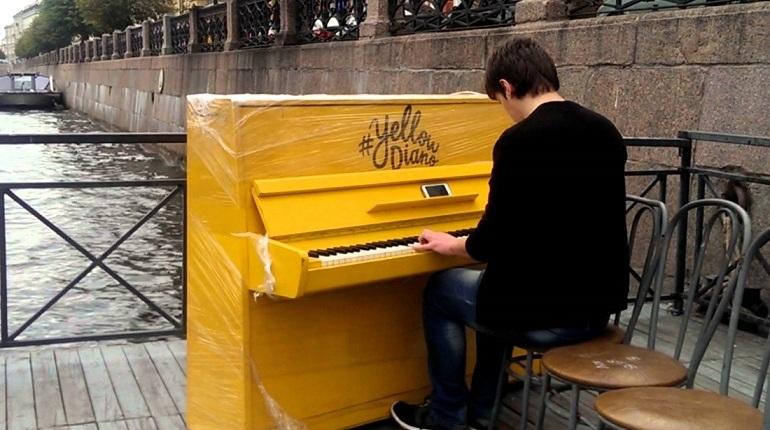 Знаменитый музыкальный инструмент – яркое желтое пианино, на котором смогут поиграть все желающие, снова приедет в Петербург. Об этом в среду, 10 октября, сообщили организаторы.