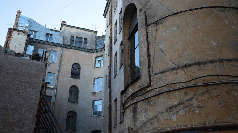 Жилищный комитет Петербурга проверил работы по ремонту и устранению аварийности жилого дома на Английском проспекте, д. 26.