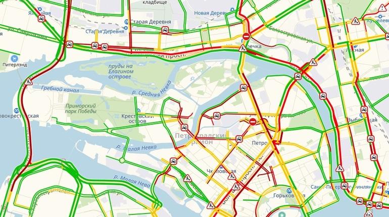 Достаточно серьезные пробки образовались в Петербурге вечером в четверг, 11 октября. Одной из причин этому стал туман, накрывший город.