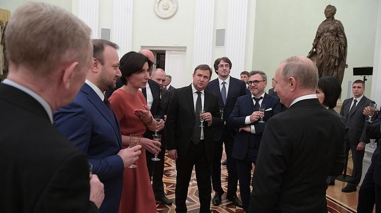 Российский президент Владимир Путин поблагодарил коллектив канала НТВ и поздравил телекомпанию с 25-летним юбилеем. Встреча с представителями телеканала прошла в Кремле.
