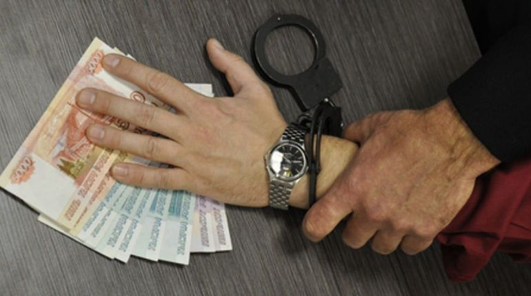 В Петербурге продавца алкоголя несовершеннолетним поймали на взятке