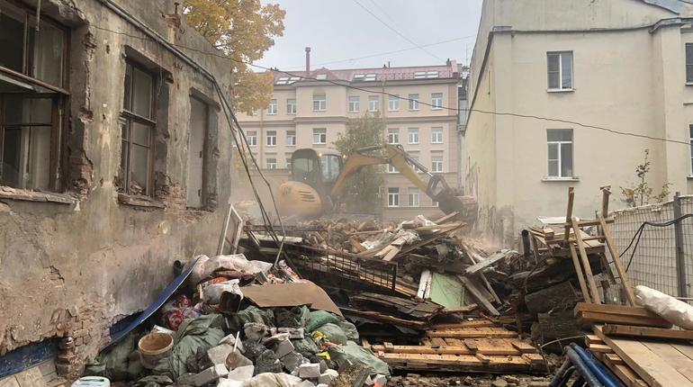 На улице Репина окончательно снесли флигель XVIII века постройки, сообщила пресс-служба правительства Петербурга.