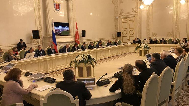 В Законодательном Собрании Петербурга прошли общественные слушания по законопроекту о запрете продажи несовершеннолетним безалкогольных энергетических напитков.