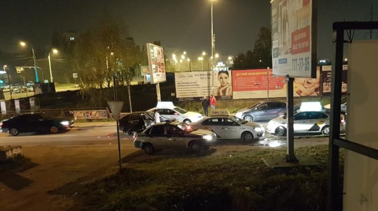 На въезде в Кудрово ночью 13 октября образовалась пробка из-за пассажиров такси, которые отказывались платить. На место пришлось вызывать полицию.