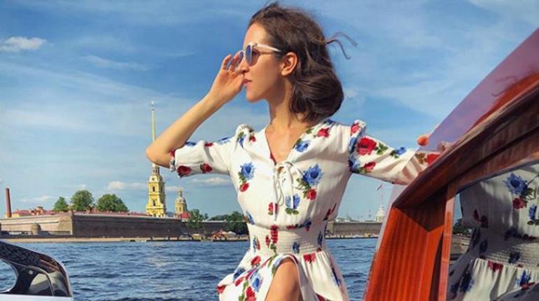 Бывшая жена лидера группы «Ленинград» Матильда Шнурова была замечена в аэропорту Пулково в компании мужчины.