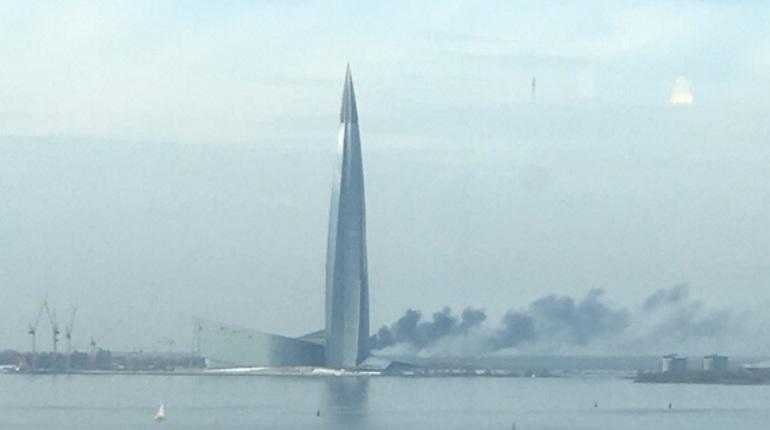 Если в сентябре петербуржцев в заблуждение ввели облака вокруг Лахта-центра, то 13 октября, похоже, пожар у башни происходит по-настоящему. Местные жители публикуют фотографии дыма в социальных сетях.
