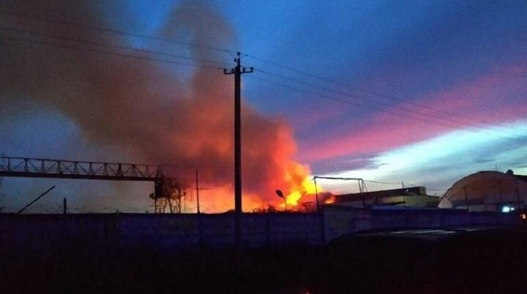 В Пушкинском районе Петербурга удалось ликвидировать открытое горение пожара на складе спустя 4,5 часа.