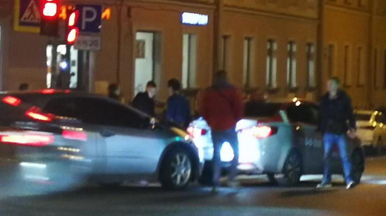 В Центральном районе ночью 14 октября произошло дорожно-транспортное происшествие с участием такси. Об этом сообщают свидетели аварии в группе