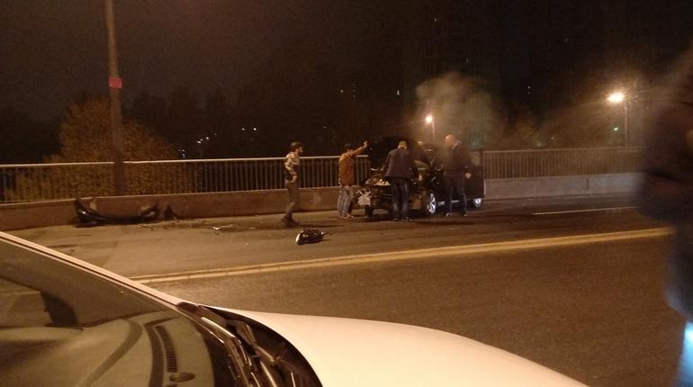 Автомобиль влетел в ограждение в Невском районе Петербурга и начал гореть. Авария произошла около 4 часов утра в воскресенье, 14 октября.