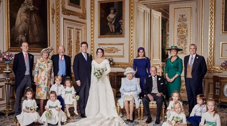 Кенсингтонский дворец опубликовал первые официальные снимки со свадебной церемонии принцессы Евгении Йоркской и ее мужа, менеджера ночного клуба Джека Бруксбэнка.