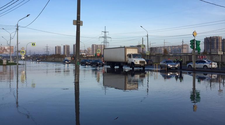Прорыв трубы с холодной водой на Суздальском проспекте в Петербурге превратил магистраль в реку.