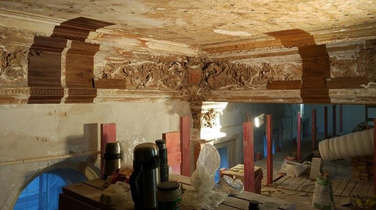 В процессе реставрации Красной гостиной Дома Дервиза на Галерной улицей в Петербурге решили изменить технику восстановления лепного декора. Во время расчистки художественных элементов выяснили, что они «раньше имели разделку под ценные породы дерева».