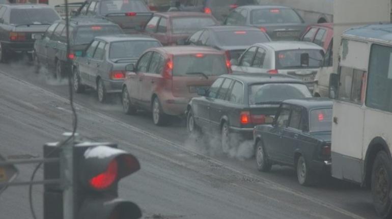 Благодаря теплой погоде, что установилась в Петербурге и Ленобласти, дорожники региона смогли отремонтировать две трассы, соединяющие город с областью - Выборгское и Колтушское шоссе.