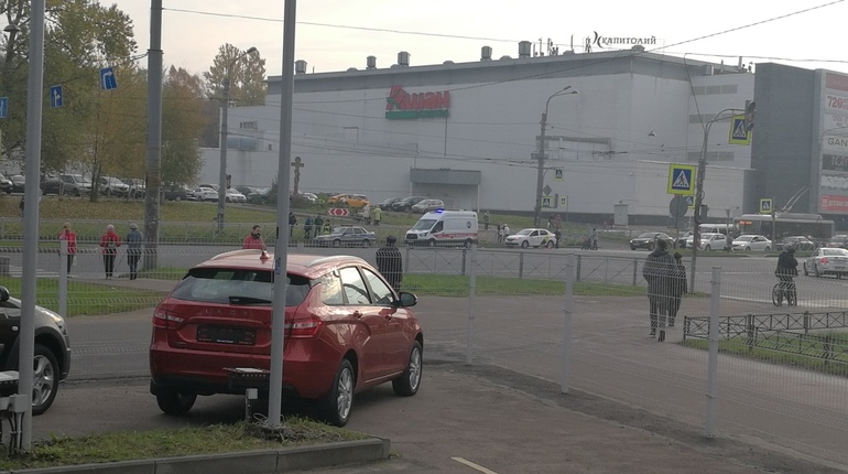 Пешеход попал под колеса в Приморском районе Петербурга днем 17 октября. Пострадавший погиб, сообщают очевидцы в группе