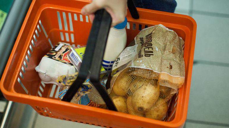 В Петербурге на подготовку к третьему чтению ушел законопроект, который оставит потребительскую корзину на уровне 2013 года. Если изменения будут приняты, минимальный набор продуктов не будет меняться до 2020 года.