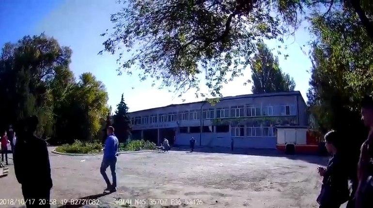 Тело подозреваемого в бойне в политехническом колледже города Керчи Владислава Рослякова было найдено в библиотеке колледжа на втором этаже.