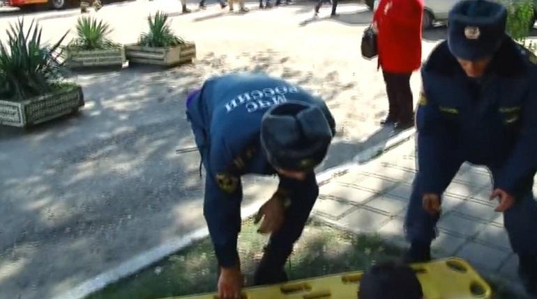 Мать молодого человека, который подозревается в массовом убийстве в Керчи, оказывала помощь пострадавшим во взрыве. Об этом сообщает канал