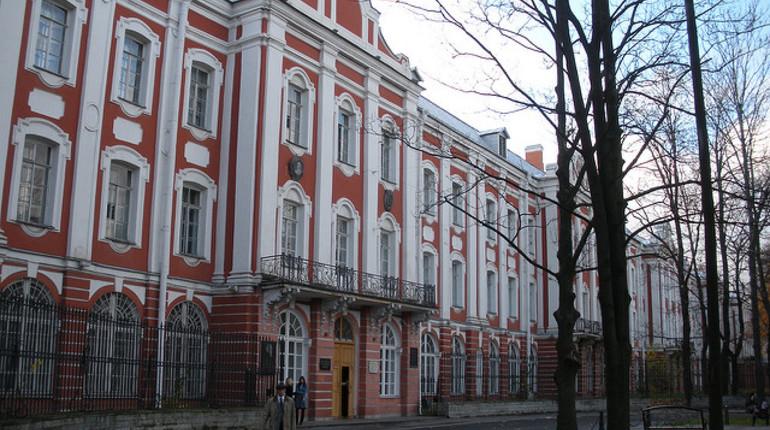В Петергофе в общежитии Санкт-Петербургского государственного университета в понедельник, 15 октября, умер мужчина. После этого появились слухи о том, что скончавшимся был студент. Однако в пресс-службе университета не подтвердили эту информацию.