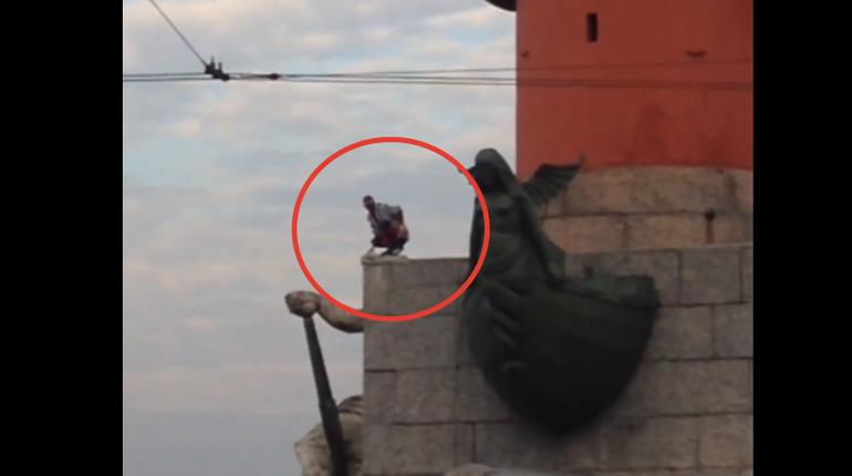 На Васильевском острове в Петербурге петербуржцы заметили супергероя. Неизвестный мужчина в костюме человека-паука забрался на Ростральную колонну. Сначала он просто сидел там, а потом принял оригинальную позу. Об этом сообщают свидетели инцидента в группе