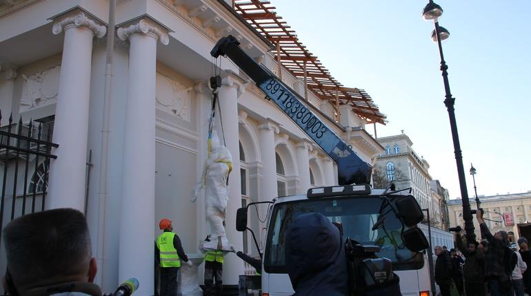 Две чугунные фигуры воинов вернули в южный павильон Аничкова дворца в Петербурге после реставрации. Их обновили к 200-летнему юбилею и доставили 19 октября на место
