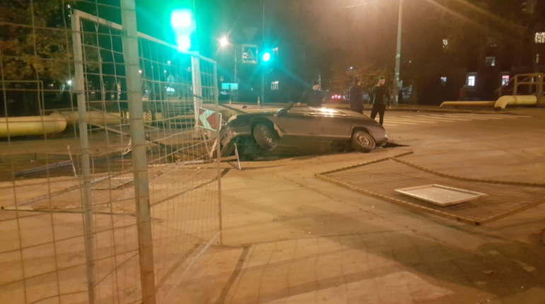 Автомобиль застрял в яме на Бабушкина