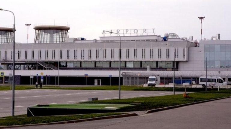 В аэропорту Пулково рейс из Петербурга в Душанбе задержали на 13,5 часов, также с задержками вылетят два самолета в Москву. Такая информация появилось на табло аэропорта.