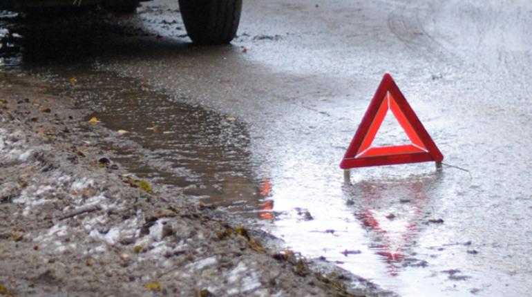 Сильная авария произошла на Московском шоссе в районе дома №13к4. Иномарка на большой скорости въехала под фуру. Об этом в понедельник, 22 октября, сообщают очевидцы в социальной сети