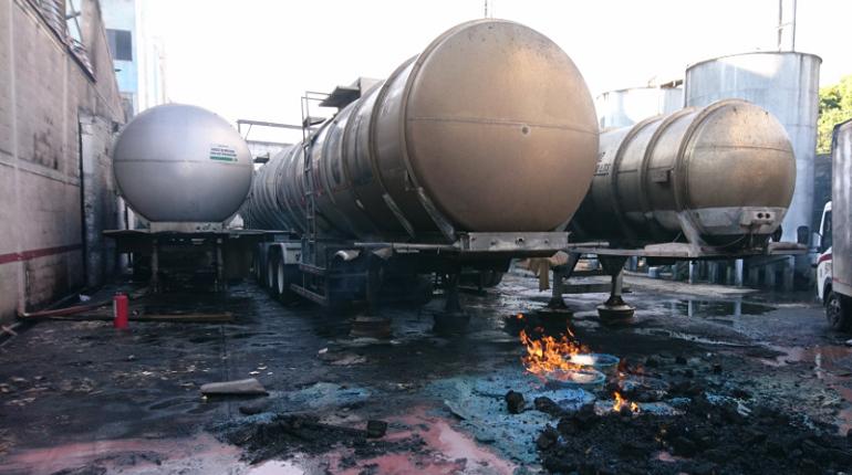 Пожар, спровоцированный сильным взрывом произошли на фабрике, которая производит алкогольную продукцию в столице Мексики Мехико. Об этом в понедельник, 22 октября, сообщил руководитель службы гражданской обороны столицы Фаусто Луго в своем Twitter.