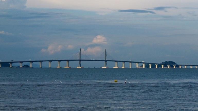 В Китае 23 октября официально открыли самый длинный в мире морской мост. Его протяженность составила 55 километров.