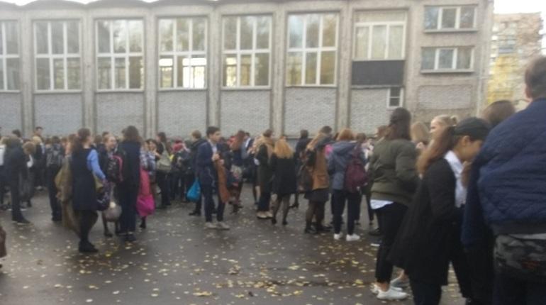 Во Фрунзенском районе Петербурга уже второй раз за несколько дней проходит эвакуация в школе №303. Об этом сообщают свидетели инцидента в социальной сети